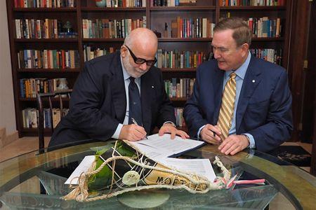 סילברסה מנפרדי לפבר דובידיו (משמאל) וריצ'רד פיין, חתמו על עסקת העשור בענף השיט העולמי. צילום סילברסי