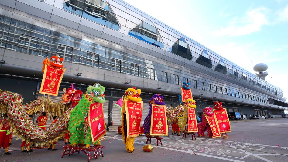 הונג קונג: קבלת פנים ססגונית בטרמינל קאי טאק . צילום טרמינל קאי טאק