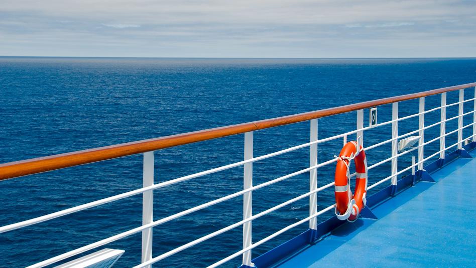 האם באמת נוסעים נופלים מאניות קרוזים לים ? צילום Depositphotos
