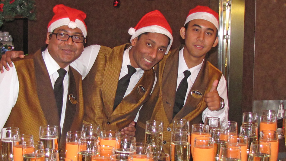 אנשי צוות אנייה מתוכננים לחגיגות חג המולד. קשה לסרב להם לדמי שירות. צילום עוזי בכר