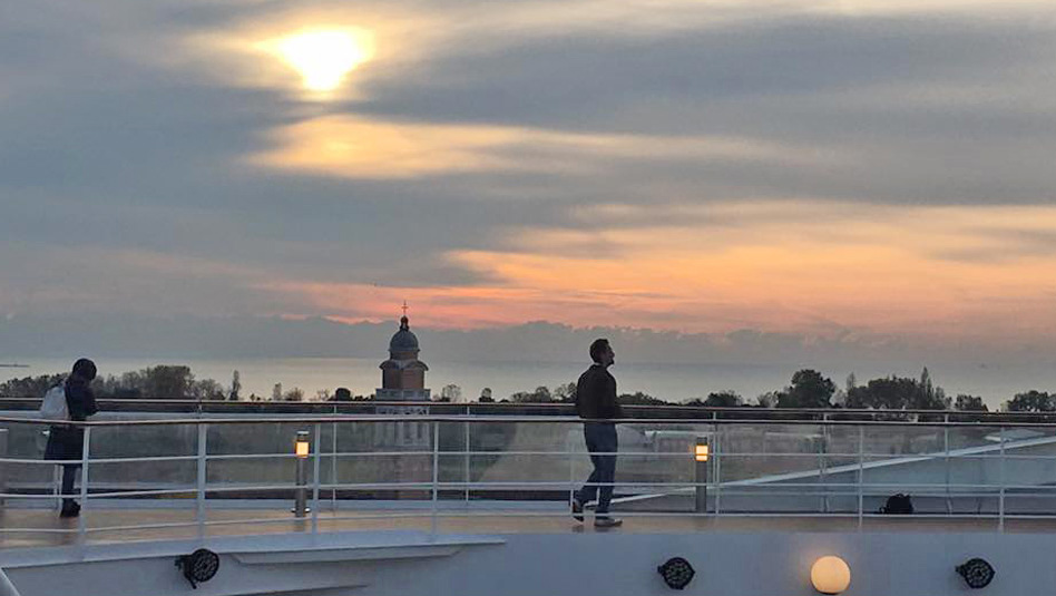 ריצת בוקר בסיפון האונייה על רקע זריחה. צילום פזית רביב שפירא