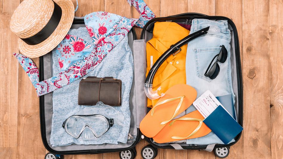 אריזת מזוודות לקרוז. זו העבודה של יועץ שייט. צילום Depositphotos