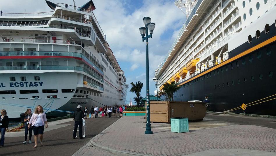 אוניות נוסעים עוגנות בנסאו. 3.6 מילון תיירים בשנה מגיעים לבהאמה. צילום עוזי בכר